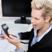 wtende geschftsfrau schreit in das telefon